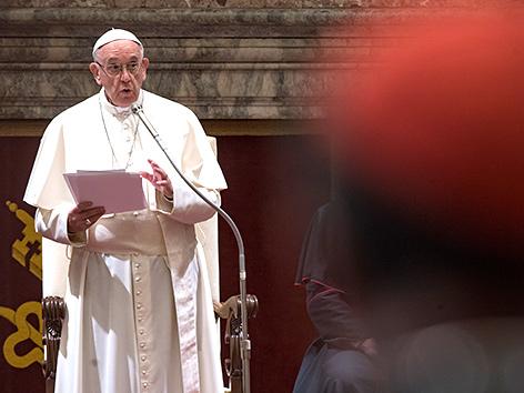 Papst Franziskus spricht vor der Kurie