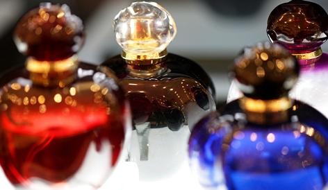 vier Parfumflakons