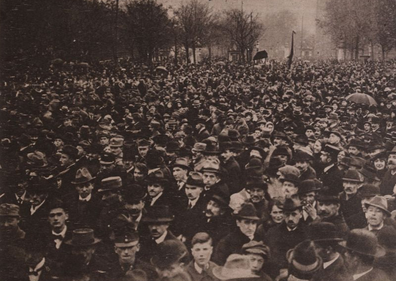 Menschenmenge vor dem Parlament am 12. November 1918