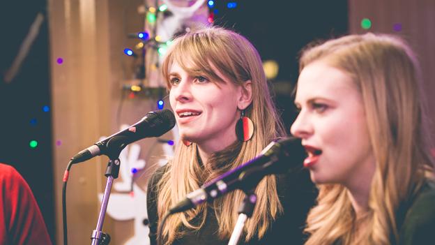 Ab 06.00 Uhr begleiten uns die Poxrucker Sisters musikalisch durch die letzten Sendestunden.