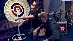 Andi Knoll und Robert Kratky tanzen in der Ö3-Wunschhütte