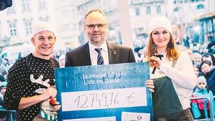 Der Vorstand der Sparkasse OÖ spendet