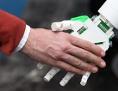 Roboter ergreift Menschenhand (Ausschnitt Hände)