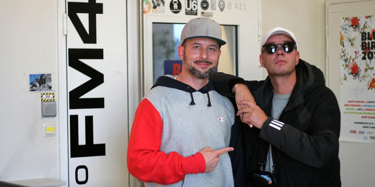 DJ Phekt und Trettmann vor dem Eingang zu FM4