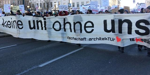 Uni-Proteste mit Transparenten gegen Studiengebühren