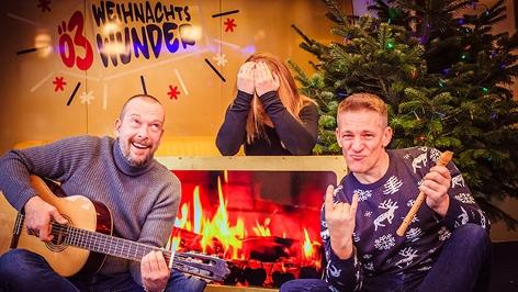 Robert, Andi und Gabi musizieren im Studio vorm Lagerfeuer