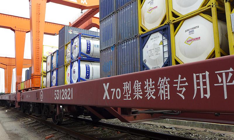 Chinesischer Güterzug mit Containern beladen