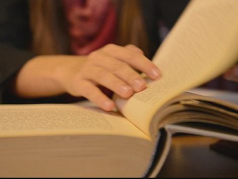 Eine Frau blätter in den Texten der Bibel