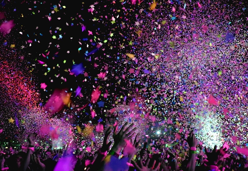 Confetti und Feiernde Menge