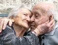 Hochbetagt, aber glücklich: Zwei Senioren umarmen einander