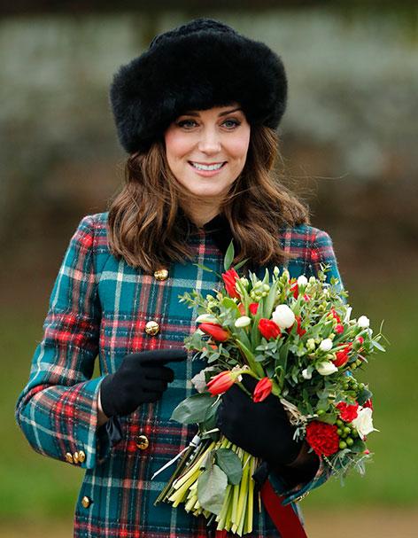 Prinzessin Kate mit Karomantel und Fellmütze