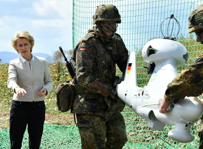Deutsche Verteidigungsministerin Ursula von der Leyen bei einer Truppenübung