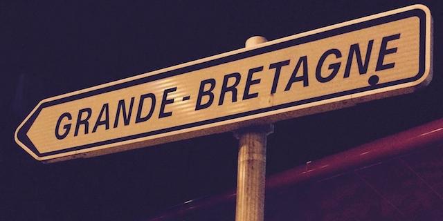 """Schild """"Grande-Bretagne"""" vor dem Kanaltunnel in Calais"""