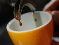 Kaffee tropft in eine Espressotasse