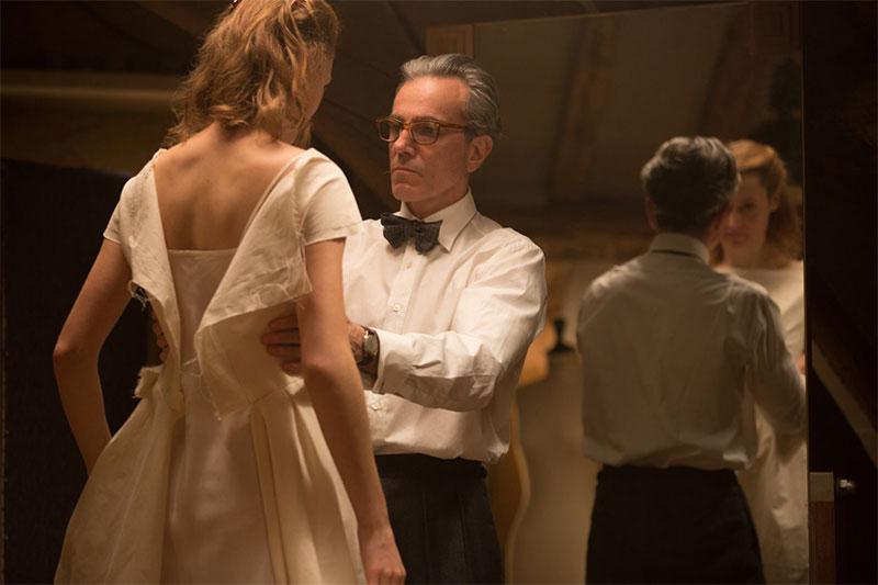 Phantom Thread: Schneider passt Frau weißes Kleid an