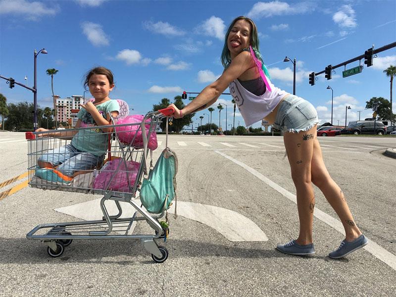 The Florida Project: Kind in Einkaufswagen, und junge Frau