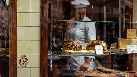 Baguette und anderes Brot in einem Schaufenster