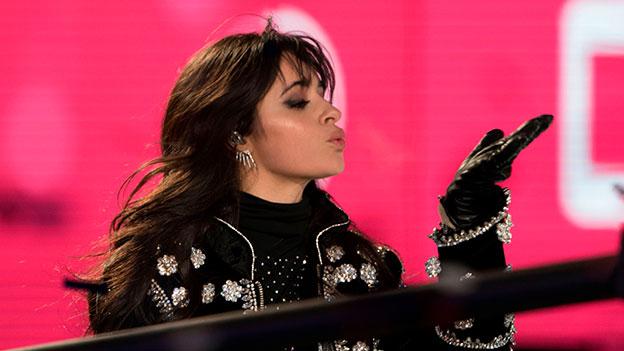 Camila Cabello im schwarzen Outfit schickt einen Kuss nach rechts