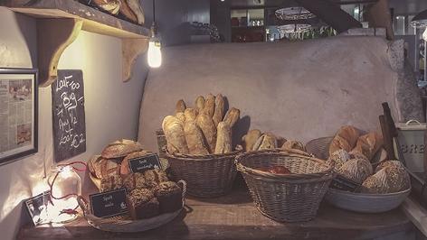 Baguette und anderes Brot wird in Körben präsentiert