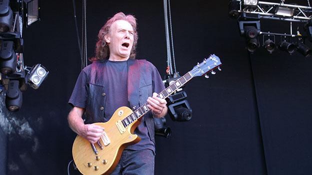 Eddie Clarke mit Gitarre auf der Bühne