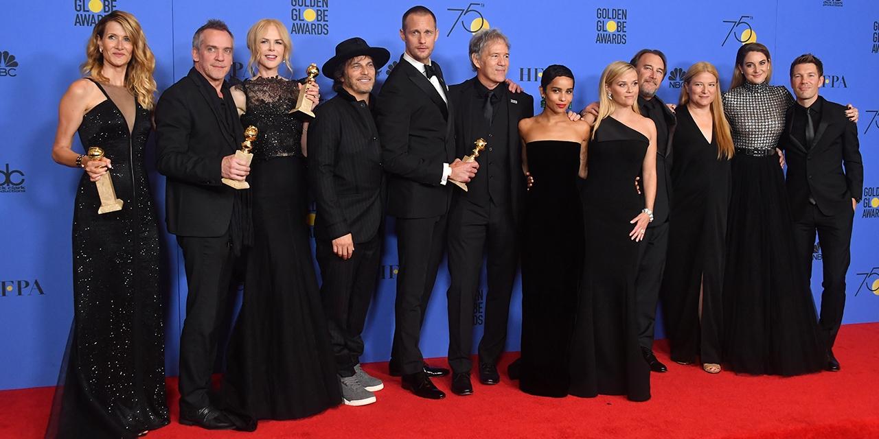 Schauspielerinnen und Schauspieler in Schwarz auf dem Red Carpet