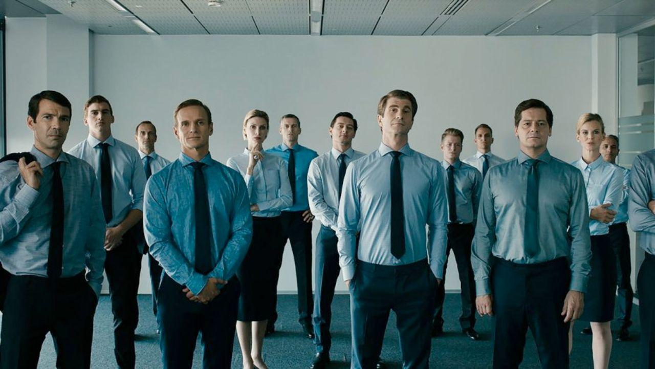 """Männer in Anzügen, eine Frau mit weißer Bluse, Szenenbild aus """"Life Guidance"""""""