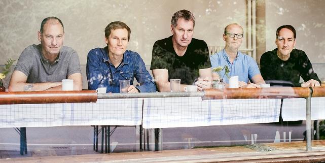 Die Band Kettcar in einem Restaurantfenster