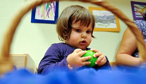 Ein kleines Mädchen beim Spielen