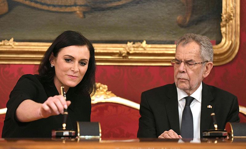 Umweltministerin Elisabeth Köstinger bei ihrer Angelobung durch Bundespräsident Alexander Van der Bellen