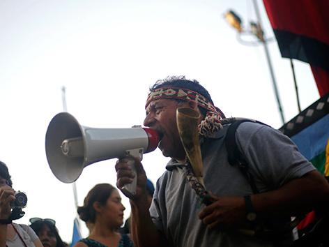 Indigene Mapuche in Chile bei Protesten gegen Enteignungen