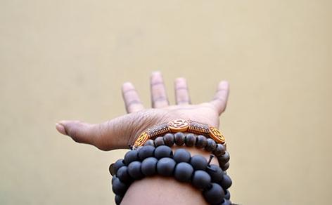 gestreckte offene Hand mit Perlenschmuck am Handgelenk, Nigeria