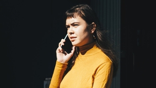 telefonierende Frau mit Smartphone / Handy