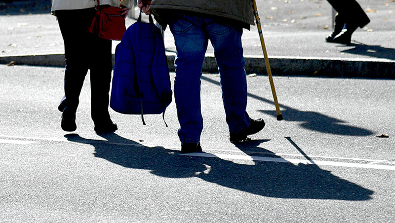 Geht doch: Pensionist und Pensionistin beim gemeinsamen Einkaufen