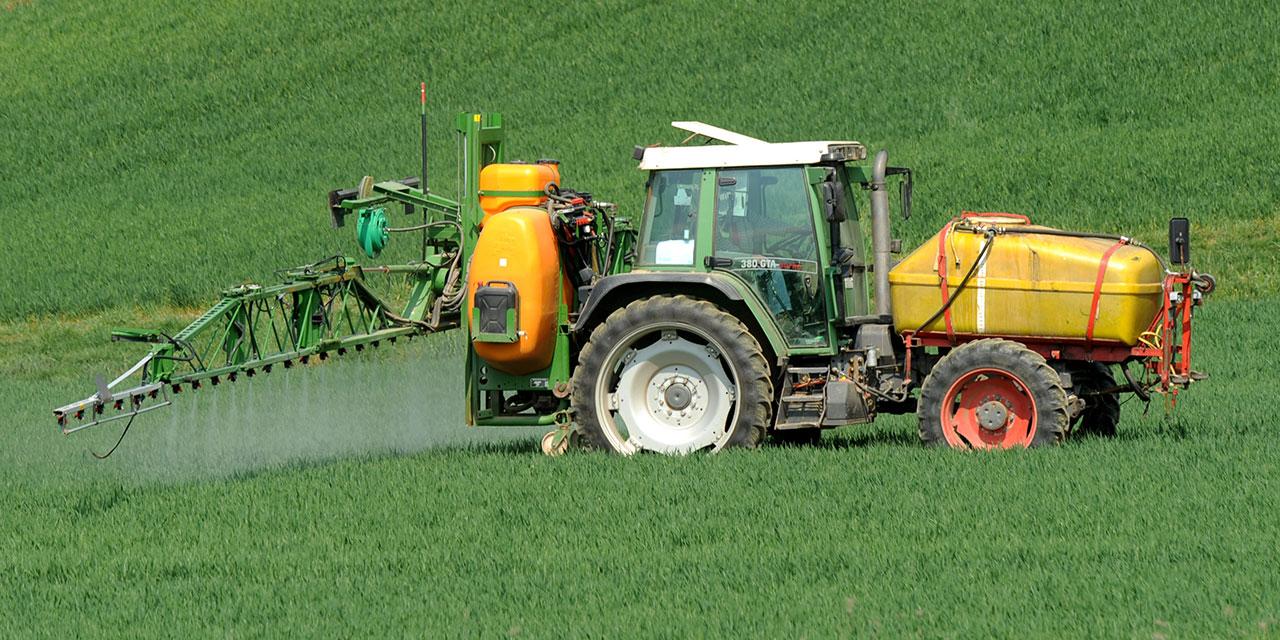 Traktor versprüht Pflanzenschutzmittel