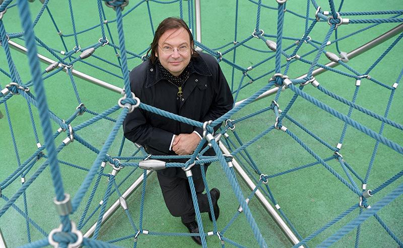Netzwerkforscher Stefan Thurner inmitten eines Kletternetzes