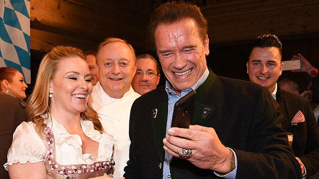 Arnold Schwarzenegger und Freundin Heather Milligan bei der Weißwurstparty