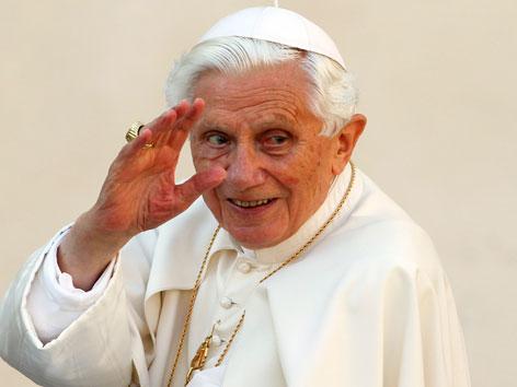 Papst Benedikt XVI. winkend 2012