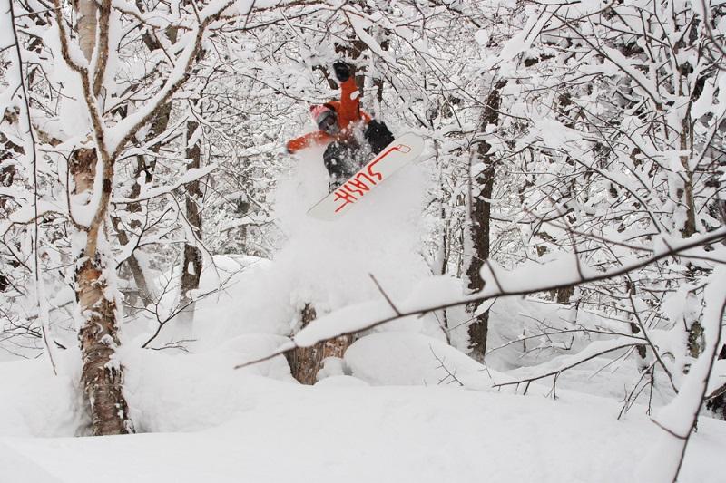 Gigi Rüf snowboardet in Japan