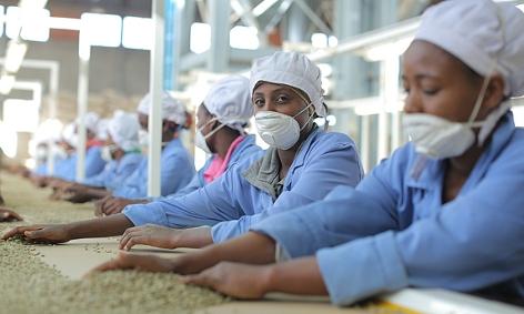 In der Fabrik in Addis Abeba findet die letzte Qualitätskontrolle statt