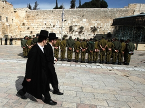 Ultraorthodoxe Männer gehen an einer Gruppe israelischer Soldaten vor der Klagemauer in Jerusalem vorbei
