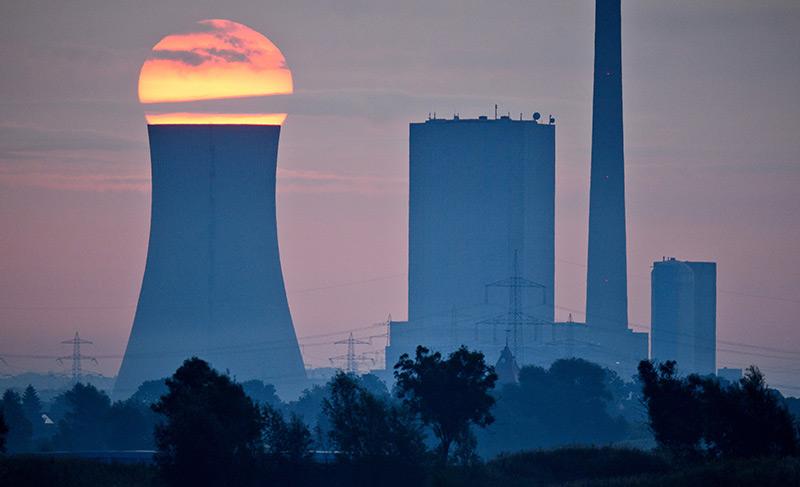 Sonnenaufgang hinter Steinkohlekraftwerk