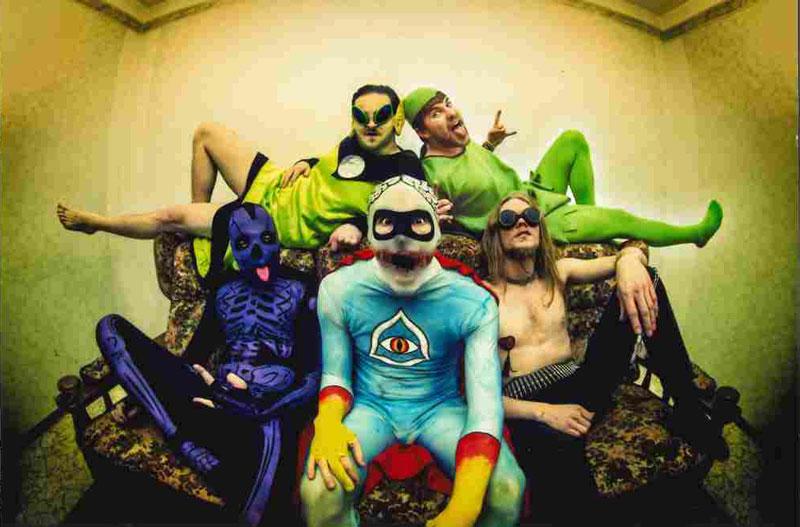 Die Bandmitglieder von Insört in weirden, bunten Kostümen.