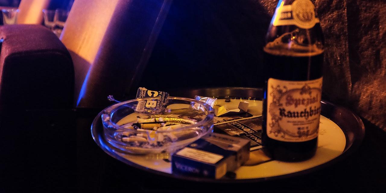 Tisch mit Bier, Tabak, Papers in einer dunklen Bar