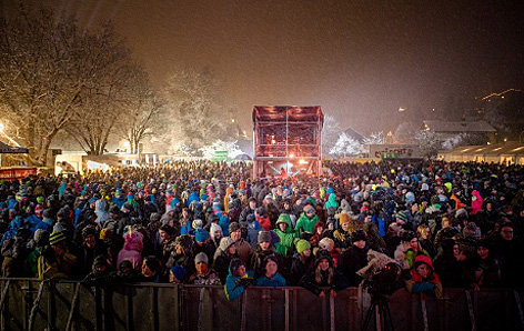 Blick von der Bühne auf das Publikum des Ski Openings