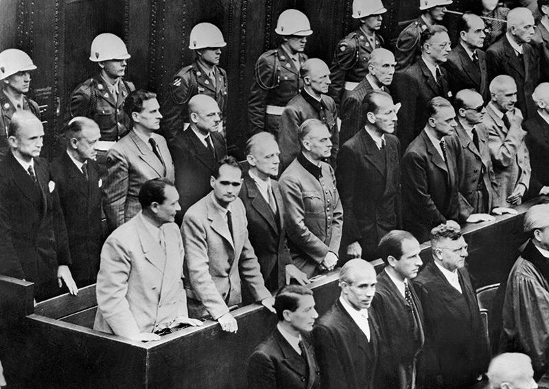 Albert Speer neben anderen prominenten Nazis auf der Anklagebank in Nürnberg im Oktober 1946