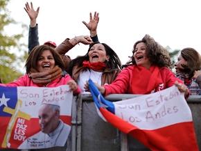 Junge Frauen mit Transparent in Santiago de Chile anlässlich des Papst-Besuchs