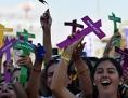 Papst Franziskus mit Kreuz Jugendliche