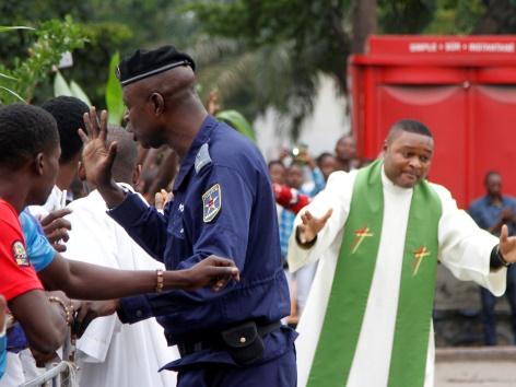 Polizist und Priester im Kongo