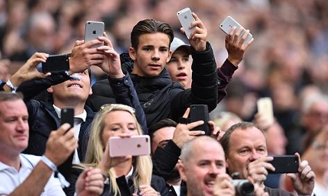 Fans fotografieren ihre Fussballmannschaften im Wembley Stadium in London