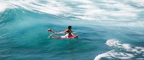 Zwei Surfer in Australien